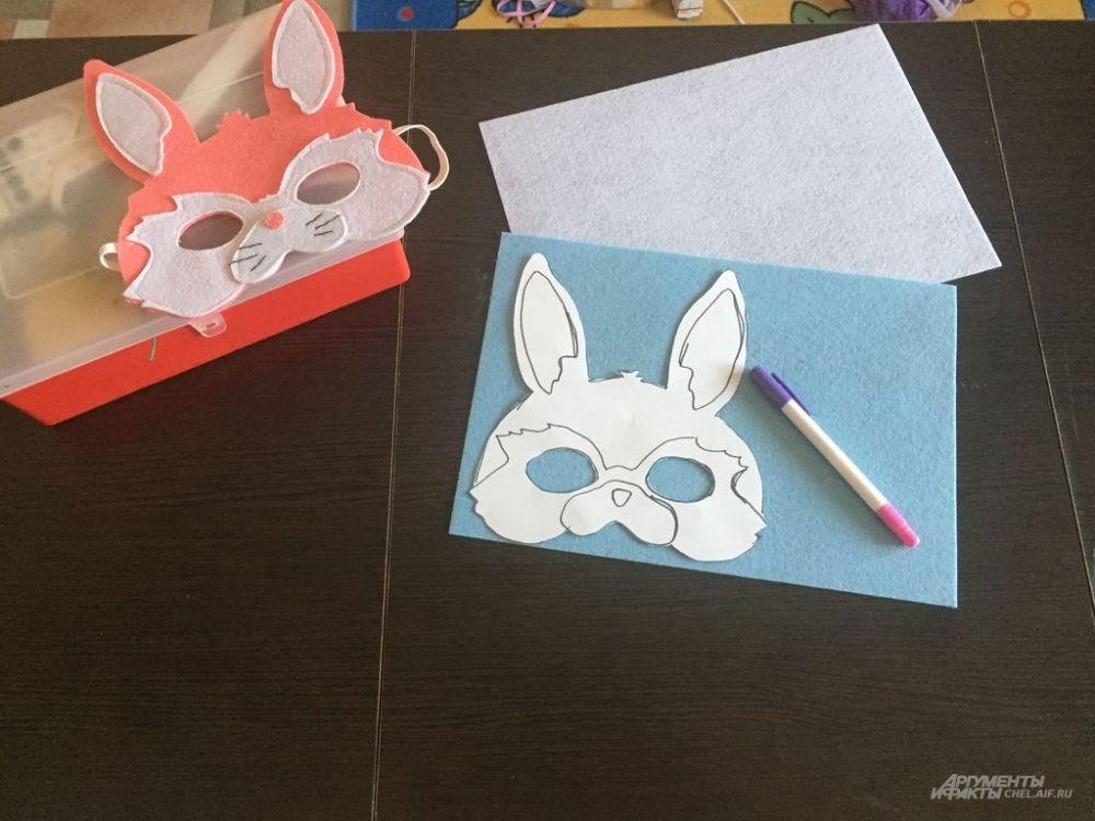 Обводим контуры рисунка на листе фетра смывающимся маркером или простым карандашом.