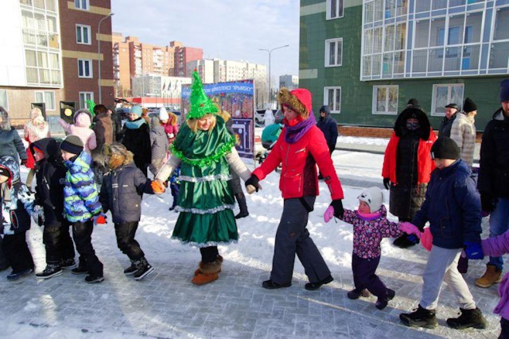 Какой же Новый год без хоровода? Пока Дед Мороз подъезжает, не дает скучать гостям праздника задорная Ёлка.