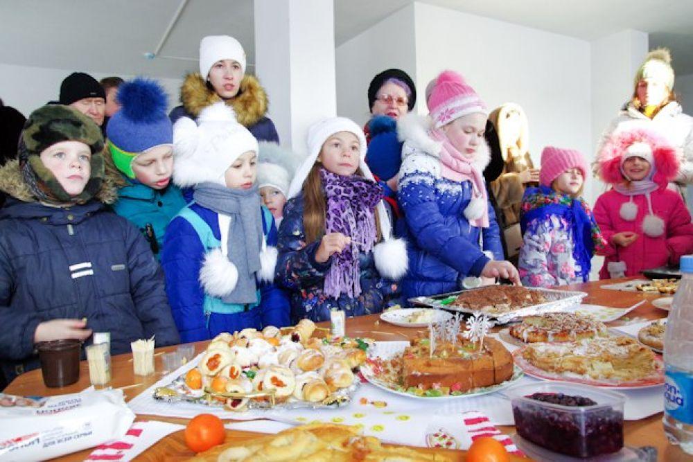 Угощение для больших и маленьких гостей праздника приготовили жительницы микрорайона и наши партнеры - компания «Сибирские пироги».