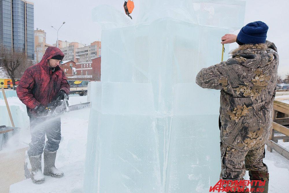 Сейчас в городке строители обшивают фигуры льдом.
