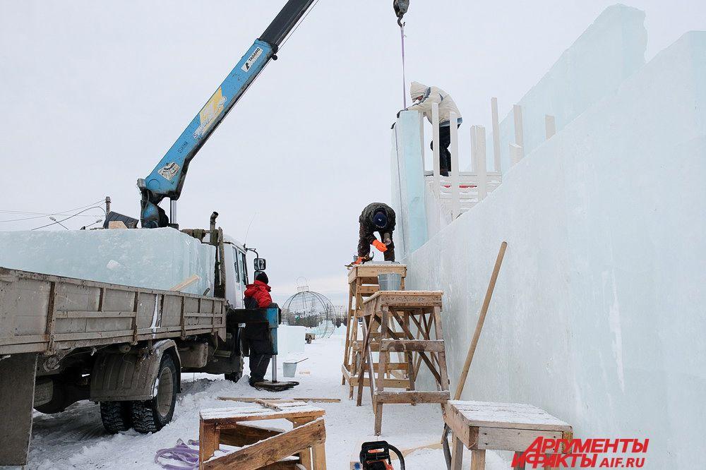 На площадке продолжается установка ледяных блоков.