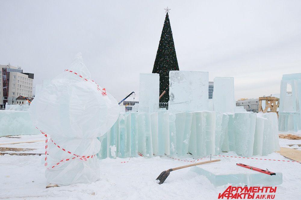 Объём всех ледяных блоков две тысячи куб. м, еще 100 куб. м. привезли для восстановительных и реставрационных работ.