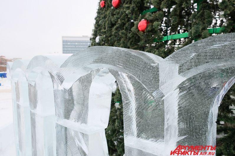 Главная ёлка города окружена забором, выполненным на тему архитектуры Кремля.