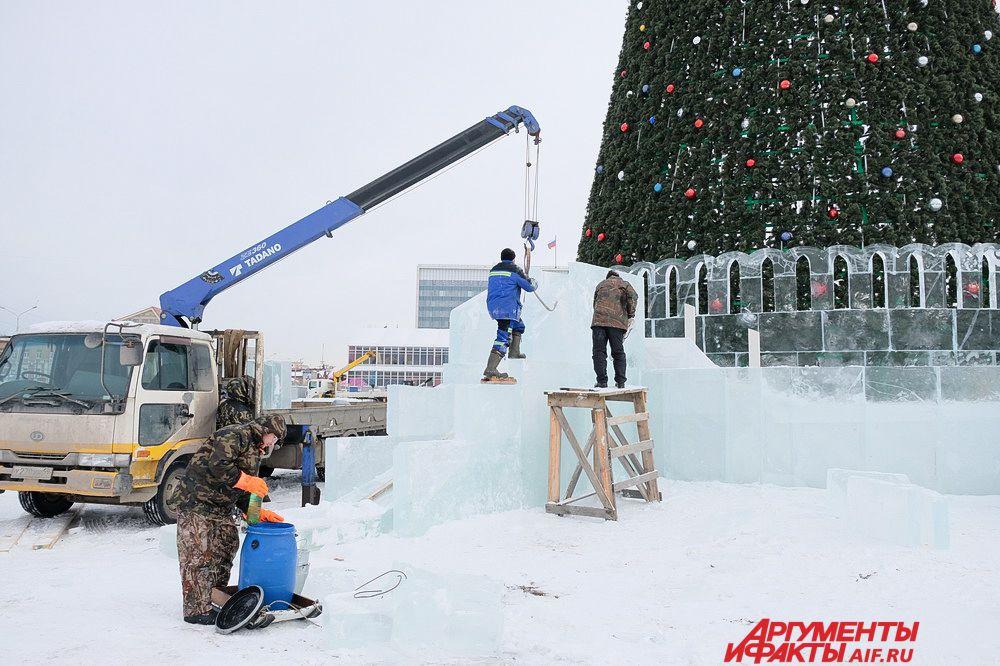 На прошлой неделе, во время работ по обшивке деревянных конструкций ледовыми горками, на площадке одновременно работали восемь подъёмных кранов.