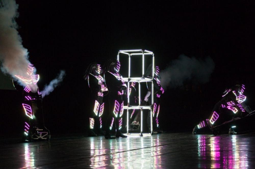 Артисты светового шоу «Джокерс» «зажгли» публику танцем в ярких диодных костюмах.