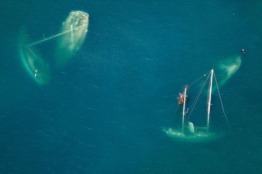Морские суда, затонувшие во время урагана «Ирма», в заливе Сент-Джон через 12 дней после того, как шторм обрушился на Британские Виргинские острова. 16 сентября 2017 года.