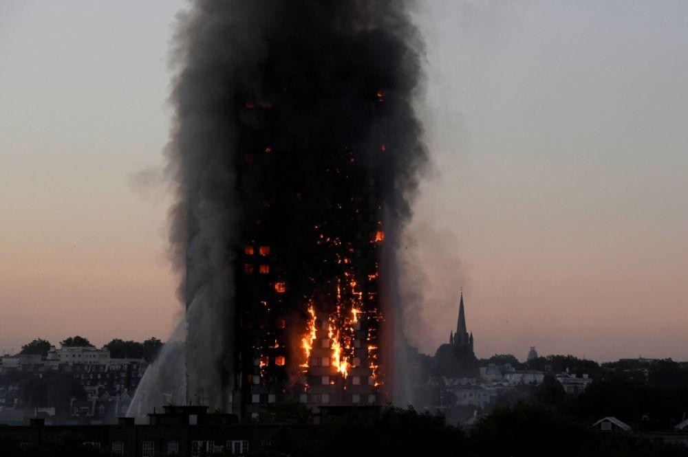 Пожар в многоэтажном жилом доме «Гренфелл-тауэр» в Лондоне, Великобритания. В результате погибли не менее 30 человек, десятки числятся пропавшими без вести. 14 июня 2017 года.