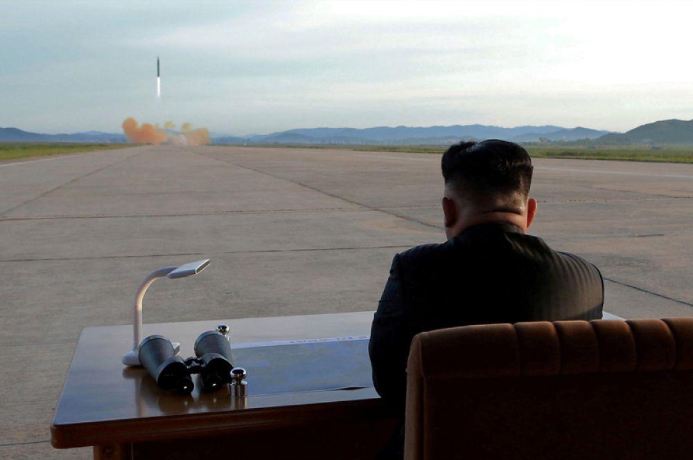 Лидер КНДР Ким Чен Ын наблюдает за запуском ракеты «Хвасон-12». 16 сентября 2017 года.