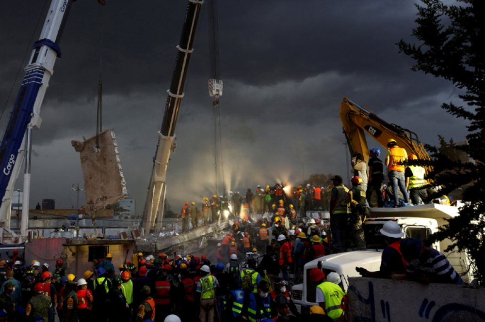 Спасательная операция в рухнувшем здании после землетрясения в районе Обрера в Мехико, Мексика. 20 сентября 2017 года.