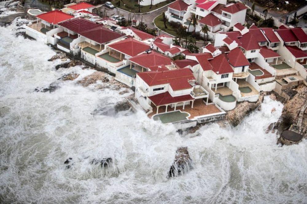 Ураган «Ирма», обрушившийся на Французские Антильские острова в Карибском море. В результате удара стихии было разрушено 95% территории острова Сен-Мартен. 7 сентября 2017 года.