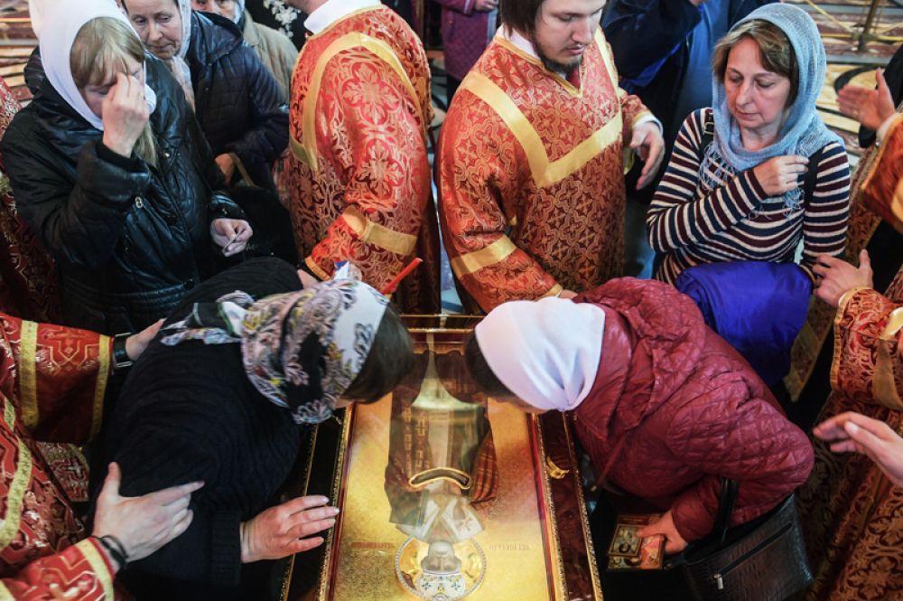 Верующие поклоняются ковчегу с мощами святителя Николая Чудотворца в храме Христа Спасителя в Москве. 22 мая 2017 года.