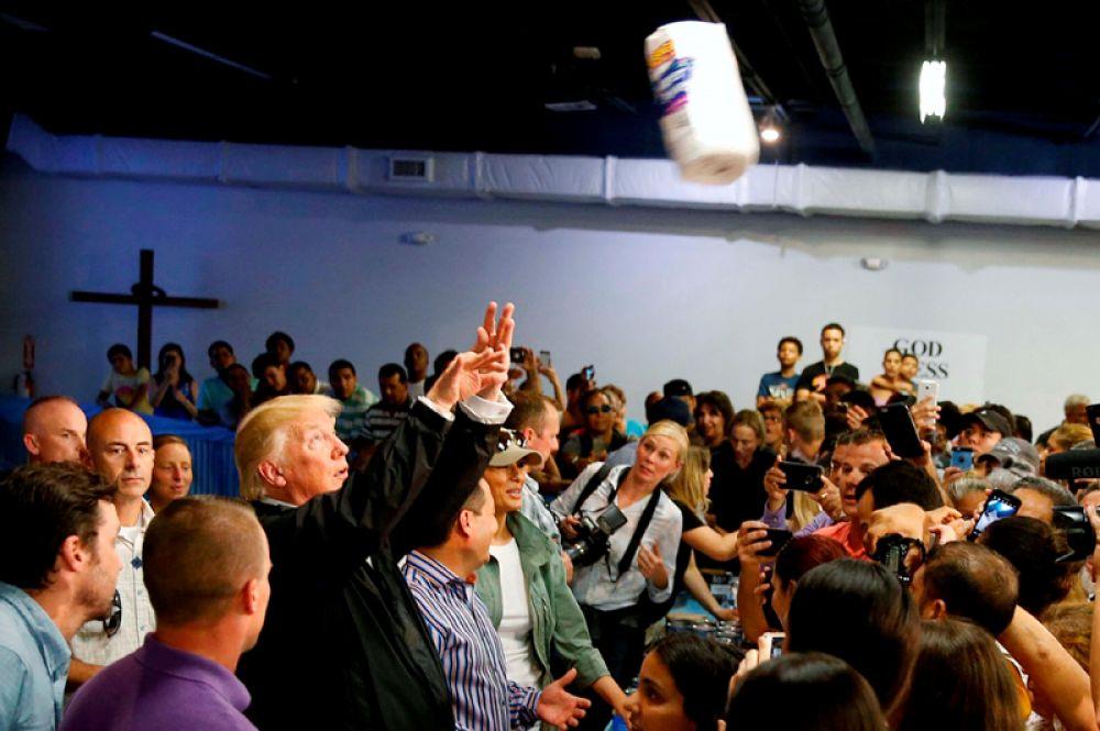 Президент США Дональд Трамп во время встречи с жителями острова Пуэрто-Рико, пострадавшими от урагана «Мария», бросает в толпу рулоны бумажных полотенец. 3 октября 2017 года.
