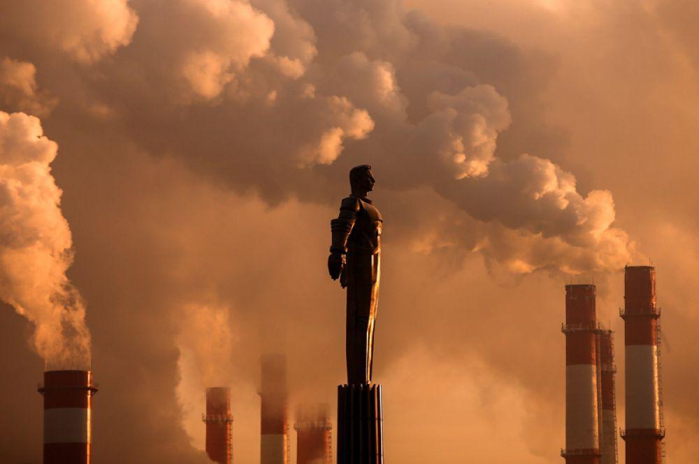 Пар от теплоэлектростанции поднимается на фоне памятника Юрию Гагарину в морозный день в Москве. Температура воздуха в столице достигла минус 17 градусов. 9 января 2017 года.