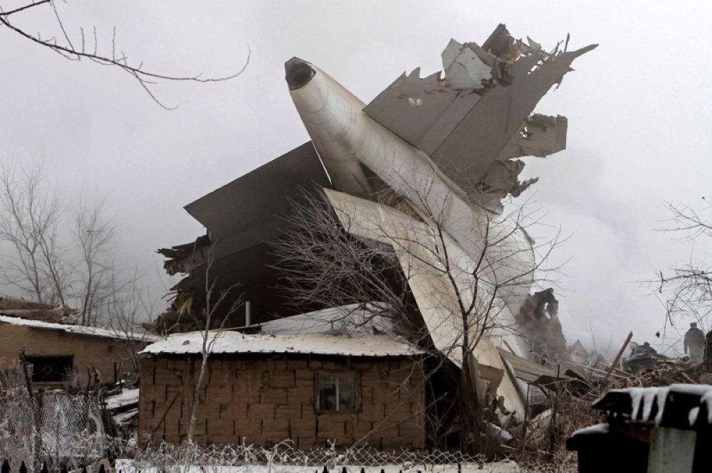 Обломки грузового самолета компании MyCargo Airlines, осуществлявшего рейс Гонконг-Стамбул и рухнувшего недалеко от взлетно-посадочной полосы аэропорта «Манас» около Бишкека в Киргизии. Лайнер упал на дачные дома недалеко от аэропорта, погибли 37 человек. 16 января 2017 года.