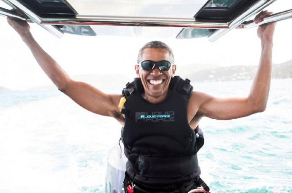 Бывший президент США Барак Обама в гостях у миллиардера Ричарда Брэнсона на Виргинских островах, где они соревнуются в катании на досках. 8 февраля 2017 года.