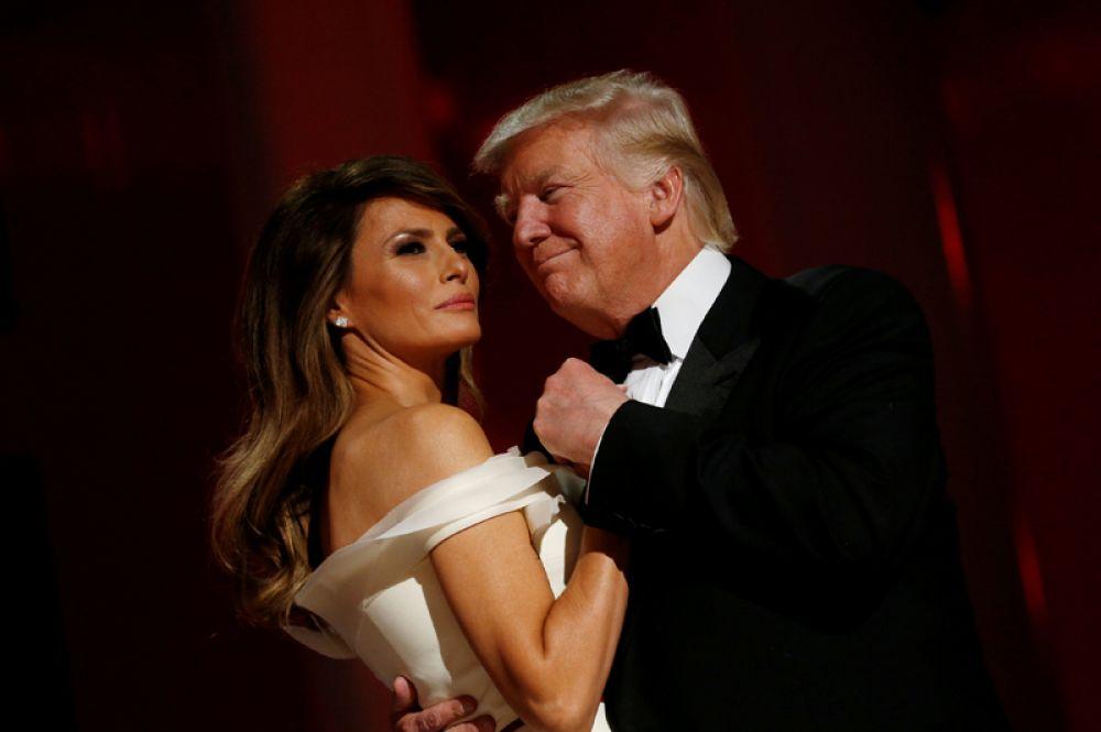 Президент США Дональд Трамп и первая леди Мелания Трамп танцуют на балу после инаугурации в Вашингтоне, 20 января 2017 года.