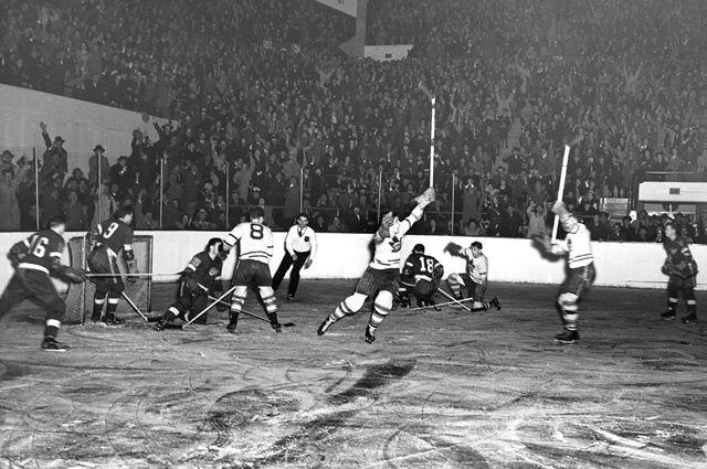 «Торонто» забрасывает шайбу в ворота «Детройта». 1942 год.