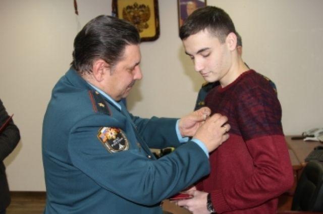 Спасшего двух тонущих детей калининградца наградили медалью.
