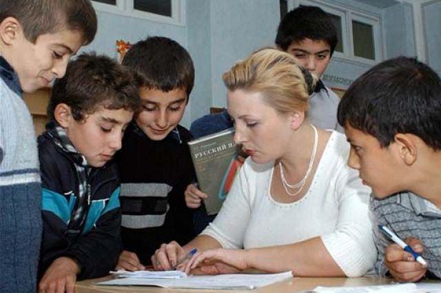 В родной школе у мальчишки по русскому были пятерки, здесь выше тройки он не тянул.