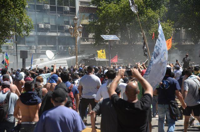 Из-за чего произошли беспорядки в Аргентине?