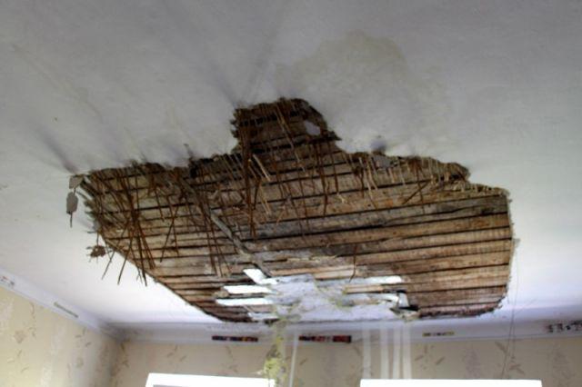 Калининградские строители пробили потолок в квартире во время ремонта.
