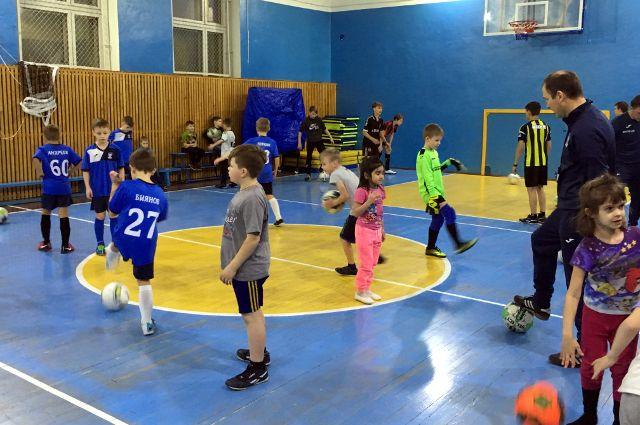 Футбольный клуб побывал в гостях у детей-сирот