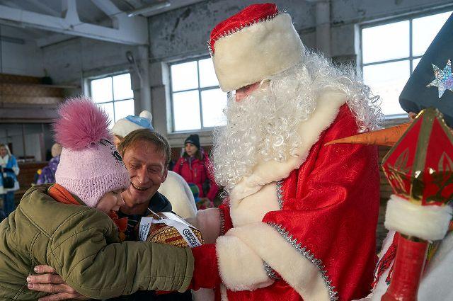 В Тюмени более 50 «особых» семей встретились с Дедом Морозом и Снегурочкой