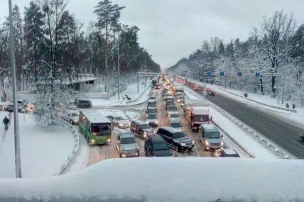 Власти Киева ограничивают въезд грузовикам на территорию столицы. Однако, уже с утра, 18 декабря, на Житомирской трассе в сторону Киева - огромная пробка, как и на нескольких других. Транспортный коллапс также возник утром, 19 декабря, на Одесском шоссе.