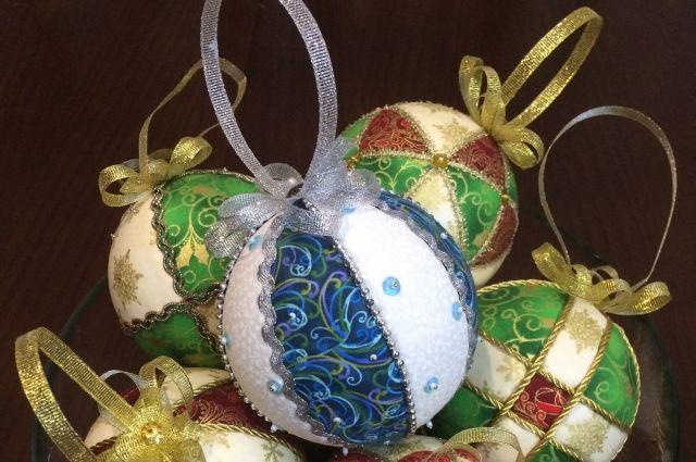 Ёлочные шары, сделанные в технике кимекоми, не спутаешь ни с какими другими украшениями.