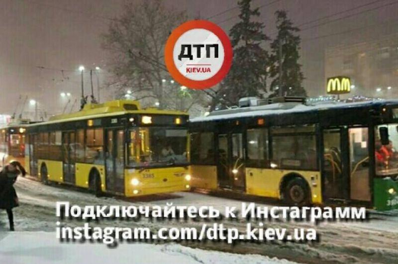 Кроме того, на Соломенской площади сломался троллейбус №22, который привел к пробке троллейбусов и задержке рейсов.