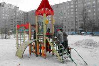 Активисты осмотрели детские площадки, установленные пару месяцев назад.