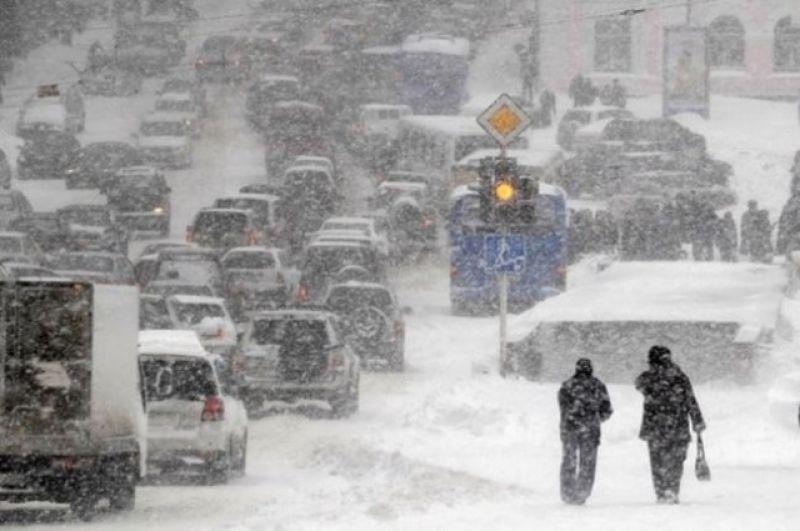 Киеву угрожает транспортный коллапс, который уже наблюдался на дорогах столицы 22 марта 2013 года, во время рекордного снегопада.