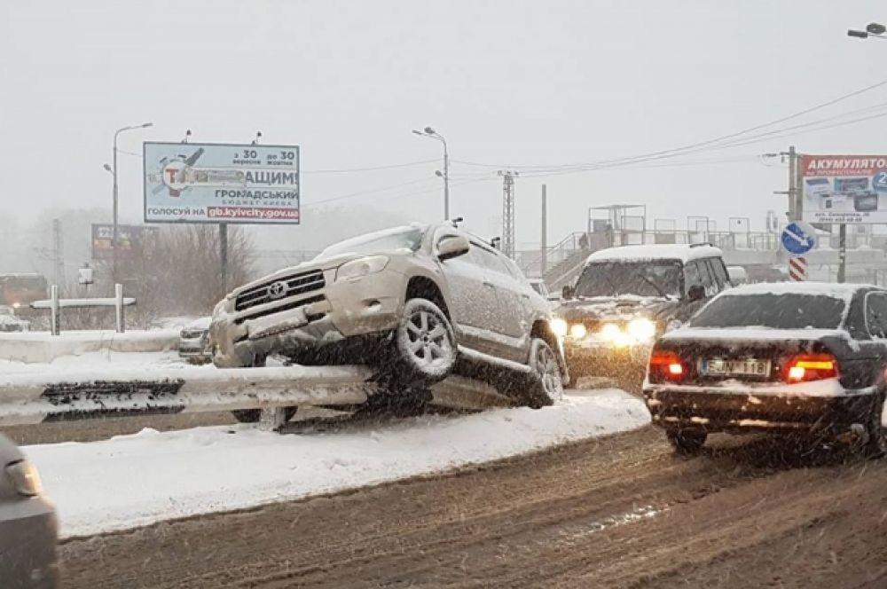 Одна из самых больших аварий происходит на Воздухофлотском проспекте еще утром, 18 декабря. Там автомобиль вынесло на отбойник, в результате чего машина застряла. Водитель не дождался эвакуатора, снять машину и разъехаться ему помог проезжающий мимо водитель Mercedes.
