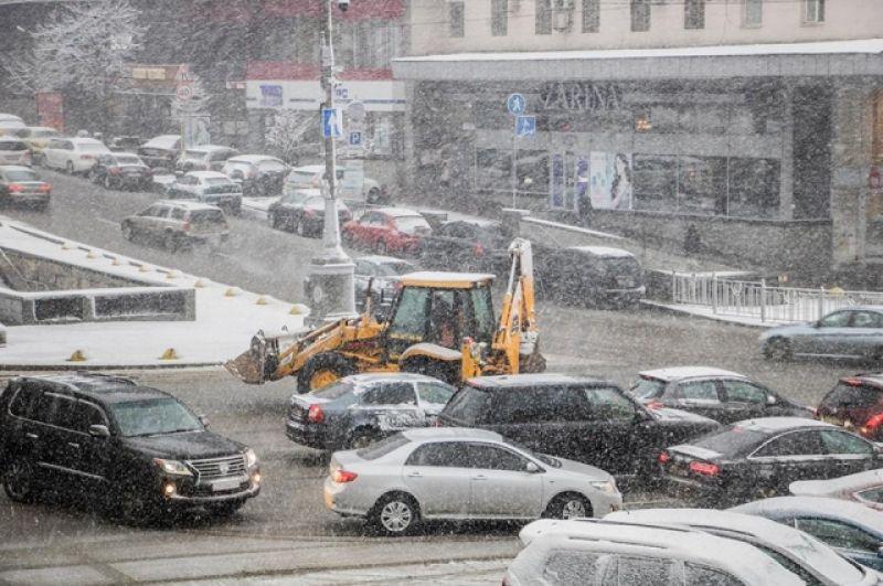 Снег в столице пошел с самого утра, 18 декабря. До 10:00 на обочинах уже были сугробы, а сами дороги превратились в грязь. На дороги Киева в 11:00 выехала первая спецтехника в количестве 450 единиц.
