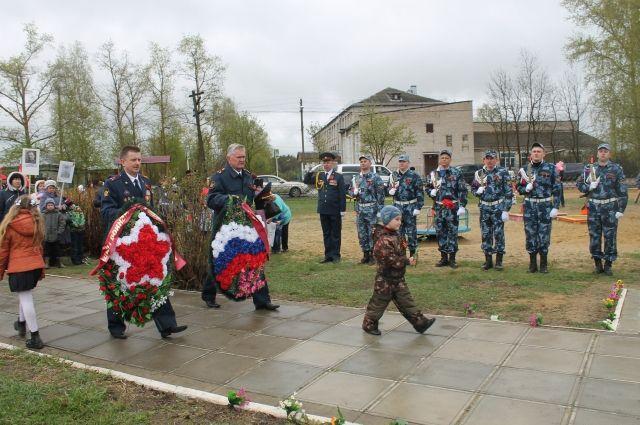 К 70-летию Победы в Головино воздвигли монумент. Буквально за пару дней до большого юбилея выполнили огромное количество работ, чтобы 9 мая жители смогли возложить к монументу цветы.
