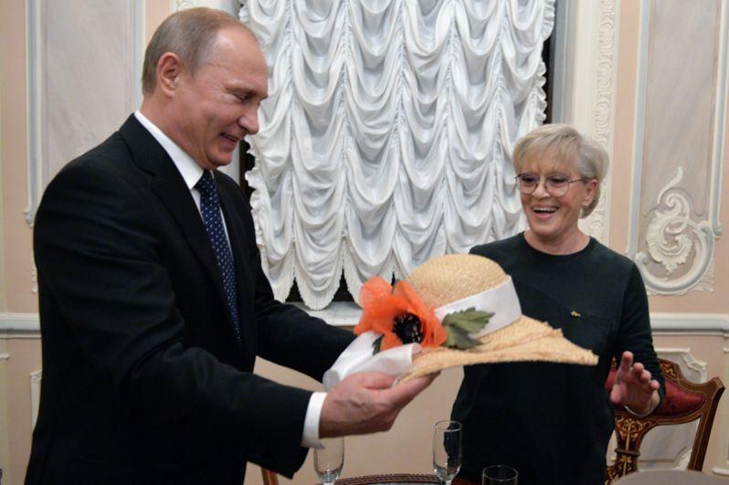 Чтобы поздравить народную артистку СССР, актрису Алису Фрейндлих с юбилеем Владимир Путин лично посетил театр имени Товстоногова и преподнес ей соломенную шляпку.