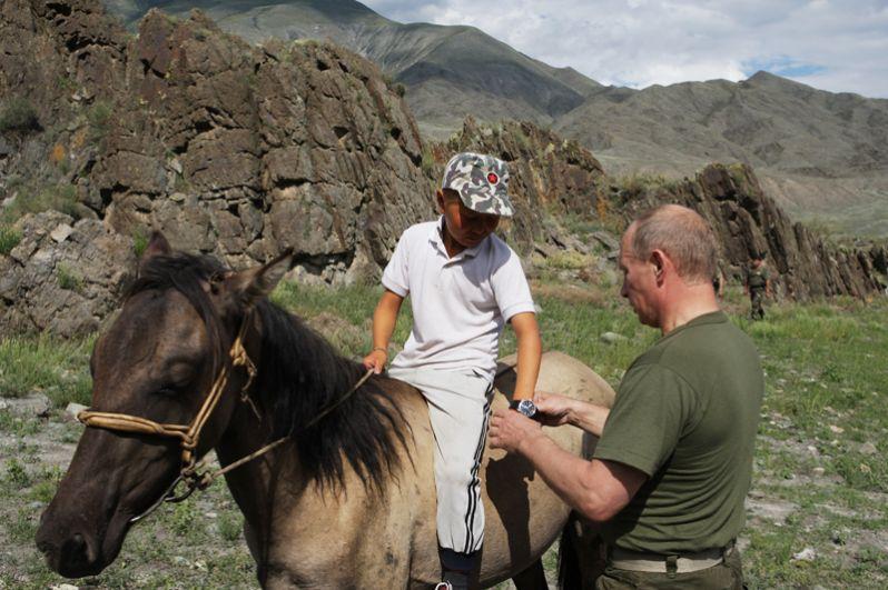 Во время поездки в республику Тыва в 2009 году председатель правительства РФ подарил свои часы сыну чабана, сняв их с запястья.