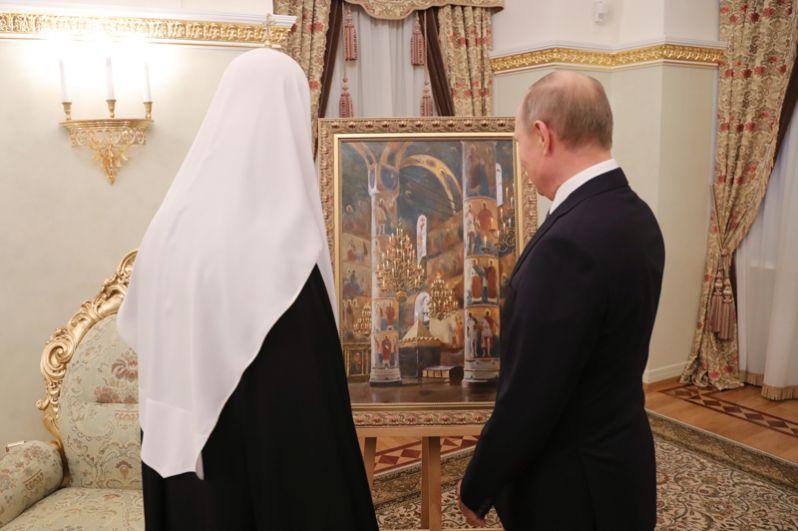 А патриарху Московскому и всея Руси Кириллу в честь его дня рождения президент подарил картину «Успенский собор Кремля», которую написал художник Владимира Лаповок.