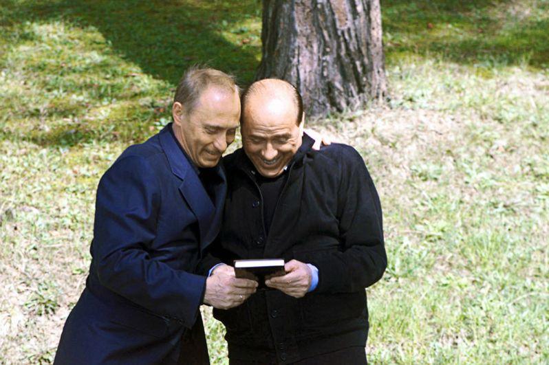 Премьер-министру Италии Сильвио Берлускони, когда тот прибыл для неформальных переговоров в резиденцию главы российского государства «Бочаров ручей» в Сочи, Путин подарил изданную на русском языке книгу «Эффект Берлускони».