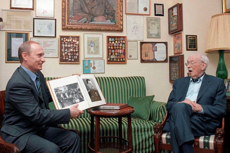 В день 90-летия известного писателя Сергея Михалкова Путин нанес ему визит и подарил альбом с фотографиями юбиляра в молодости.