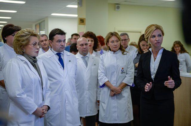 В. Матвиенко и А. Воробьёв в Коломенском центре материнства и детства.