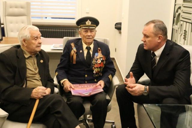 Ветераны Волжской флотилии и Андрей Косолапов обсуждают проект будущего памятника речникам - героям Сталинградской битвы.