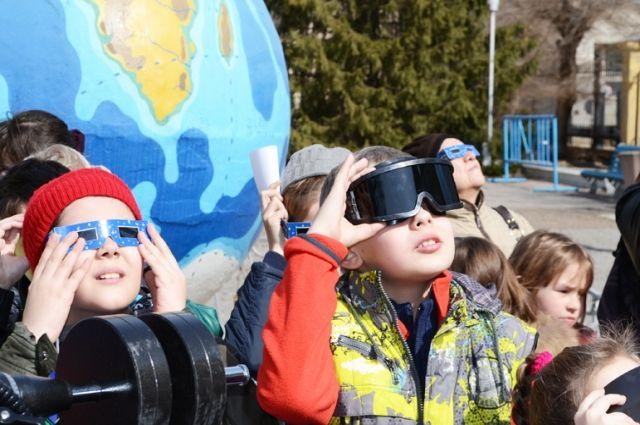На солнечное затмение можно смотреть, только «вооружившись» специальными очками, в среднем это явление бывает два раза в год.