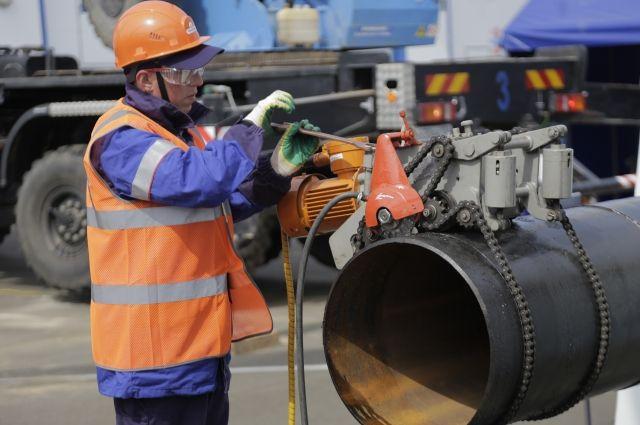 Все работы специалисты предприятия выполняют в спецодежде, качество которой проверяют в специальной лаборатории.