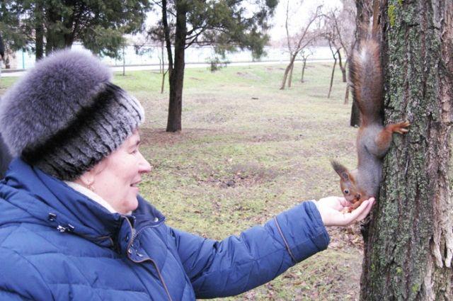 Светлана Зимуковская и сотрудники музея часто подкармливают белочек.