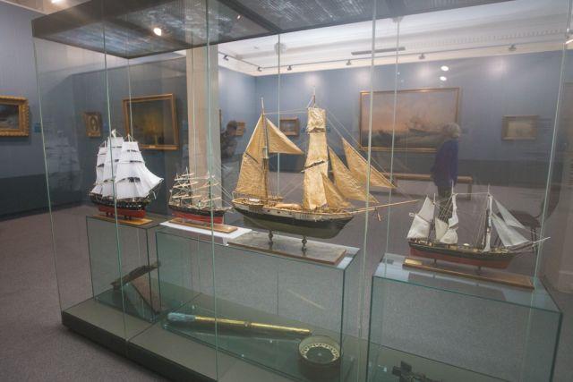 Картины на выставке сопровождают макеты парусных судов и морской атрибутики.