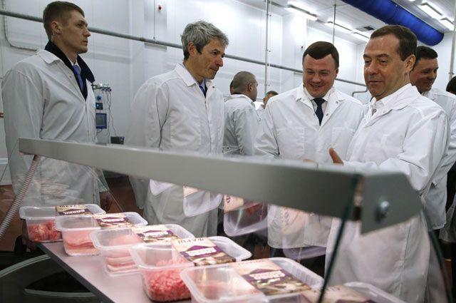 Председатель правительства РФДмитрий Медведев вовремя посещения мясоперерабатывающего предприятия ООО «Тамбовский бекон».