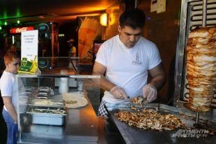 Вот такие колоритные мужчины обычно готовят любимое горожанами блюдо.
