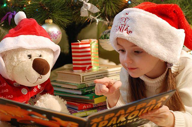 В выходные детей ждут новогодние елки и рождественские представления.