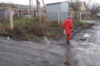 Потоки, остро пахнущие фекалиями, иногда текут ручейками, а иногда разливаются во всю ширину улиц Антипова, Погодина, Пржевальского.